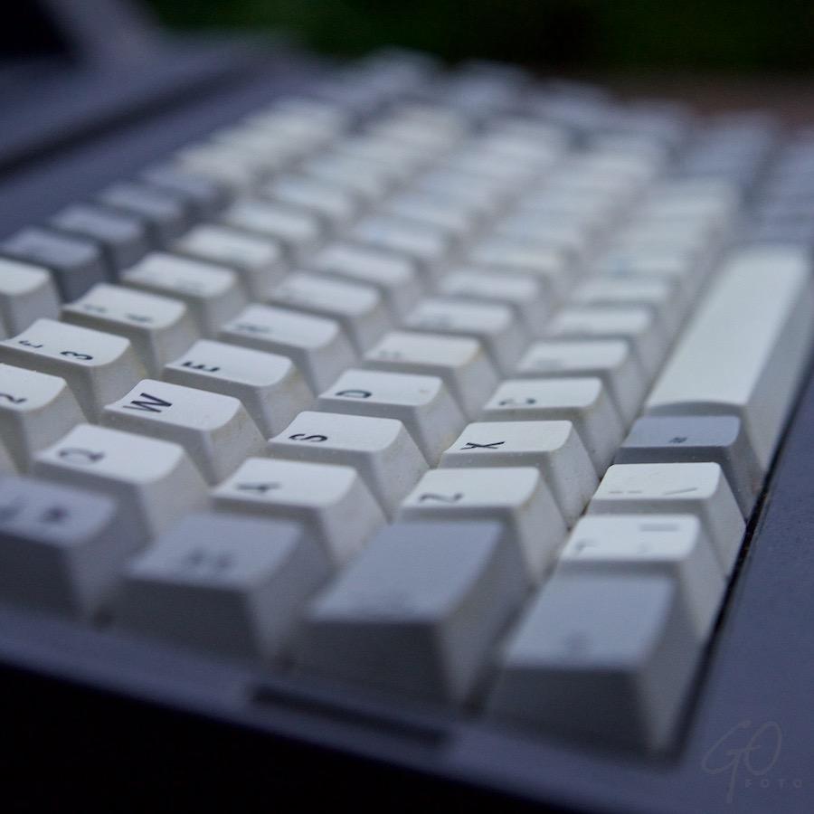 Foto: Toetsenbord van een oude Amstrad laptop