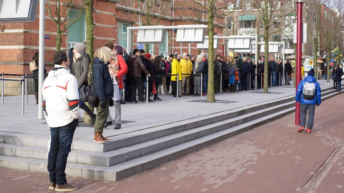 Lange rij bezoekers voor de ingang van het Van Gogh Museum