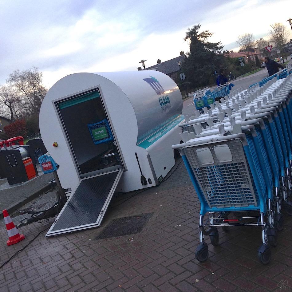 Winkelwagenwasstraat. Foto van een mobiele schoonmaakruimte voor winkelwagentjes.