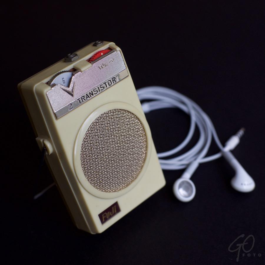 Radio en ander luistergenot. Foto van een stokoude transistorradio.