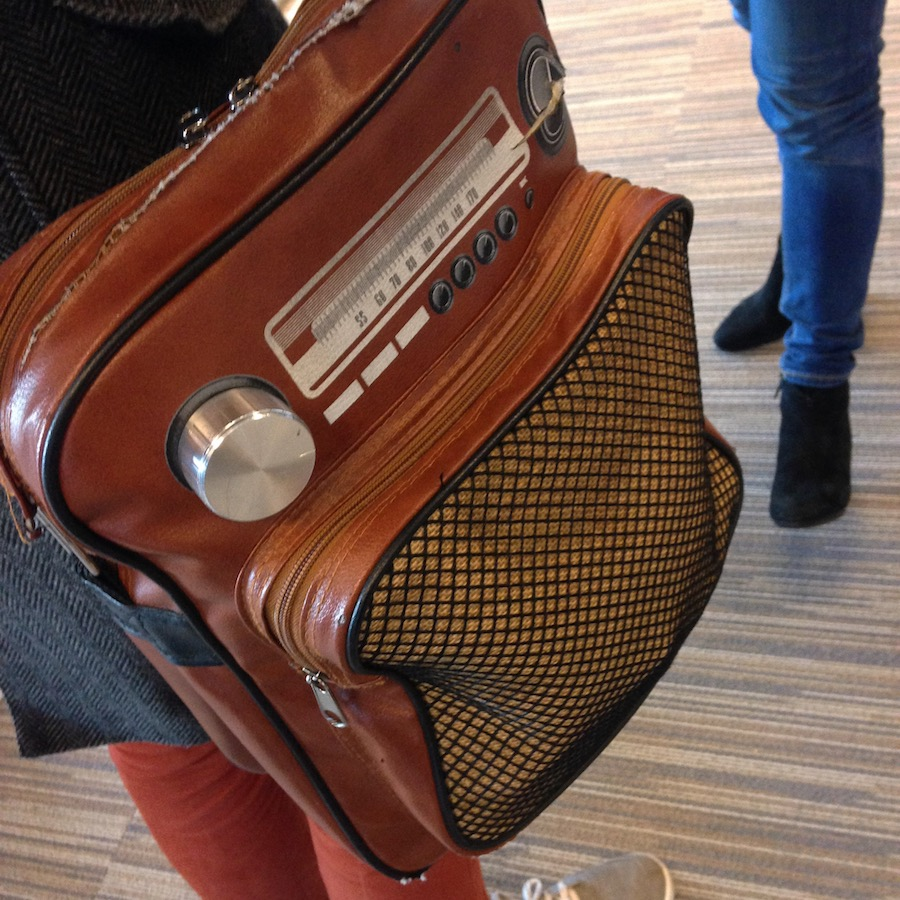 Fotografie zonder nut. Foto van een schoudertas die op een radio lijkt.