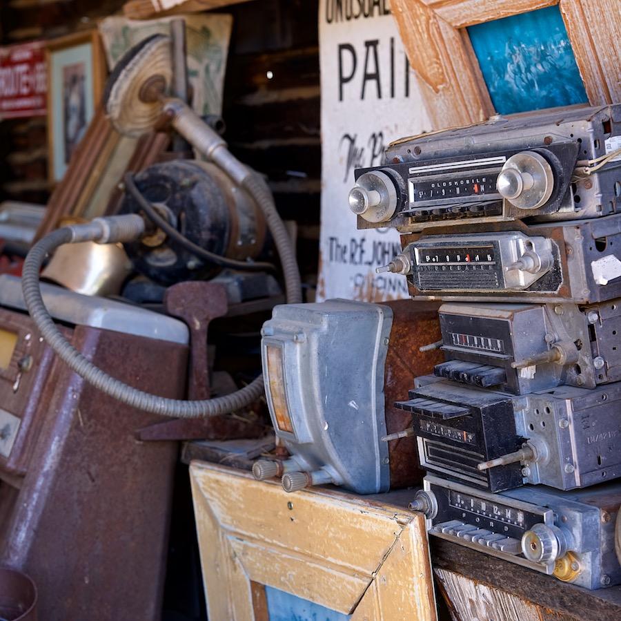 Mobiel is de nieuwe kabel. Foto van een stapel oude autoradio's.