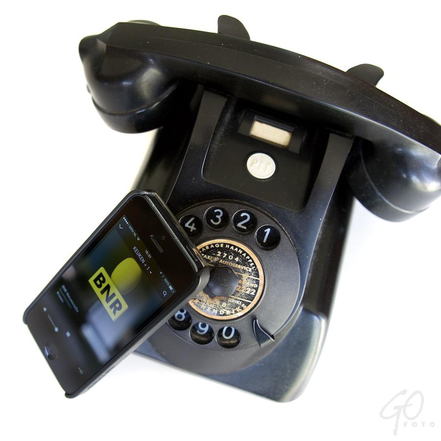 Mobiel is de nieuwe kabel. Foto van een oud en een nieuw telefoontoestel.