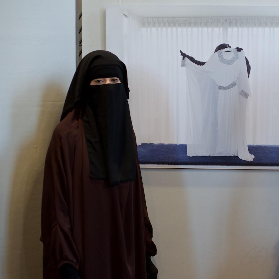 Niqaab als hoofdzaak. Foto van een gesluierde vrouw.