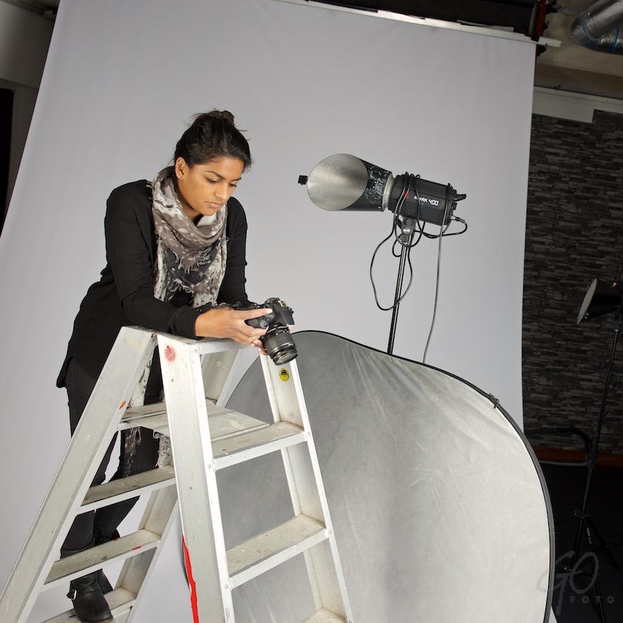 Opendakjesdag. Foto van een jonge vrouw in een fotostudio.