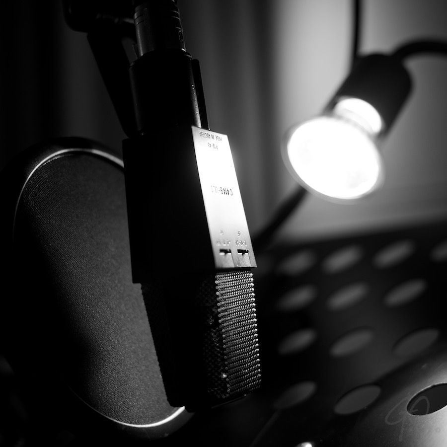 Postbode versie 2.0. Foto van een microfoon in een geluidsstudio.