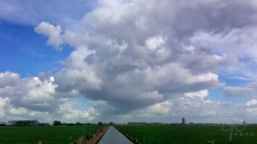 Wolkenstraten. Foto boven de Eempolder.
