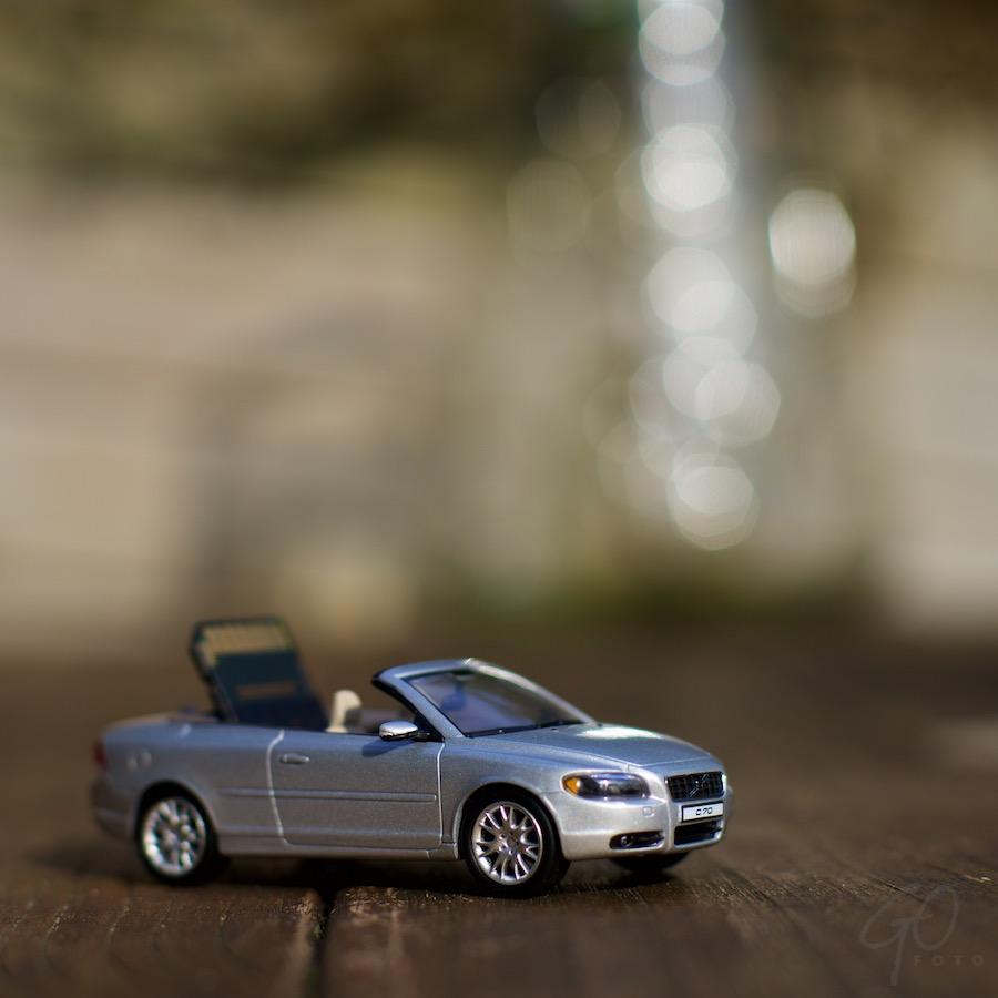Autoradio. Foto van een miniatuurauto met een SD-kaart. Volvo C70.