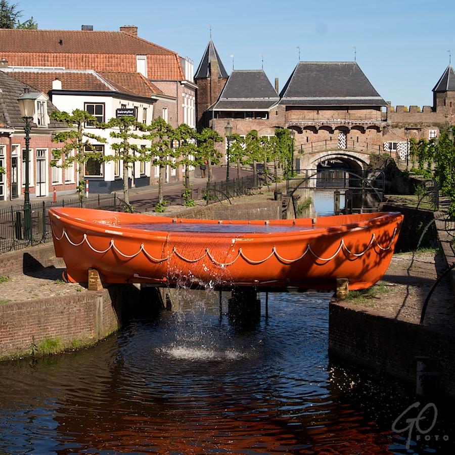 Eva wil gezien worden. Foto van een boot op het droge, vol met water.