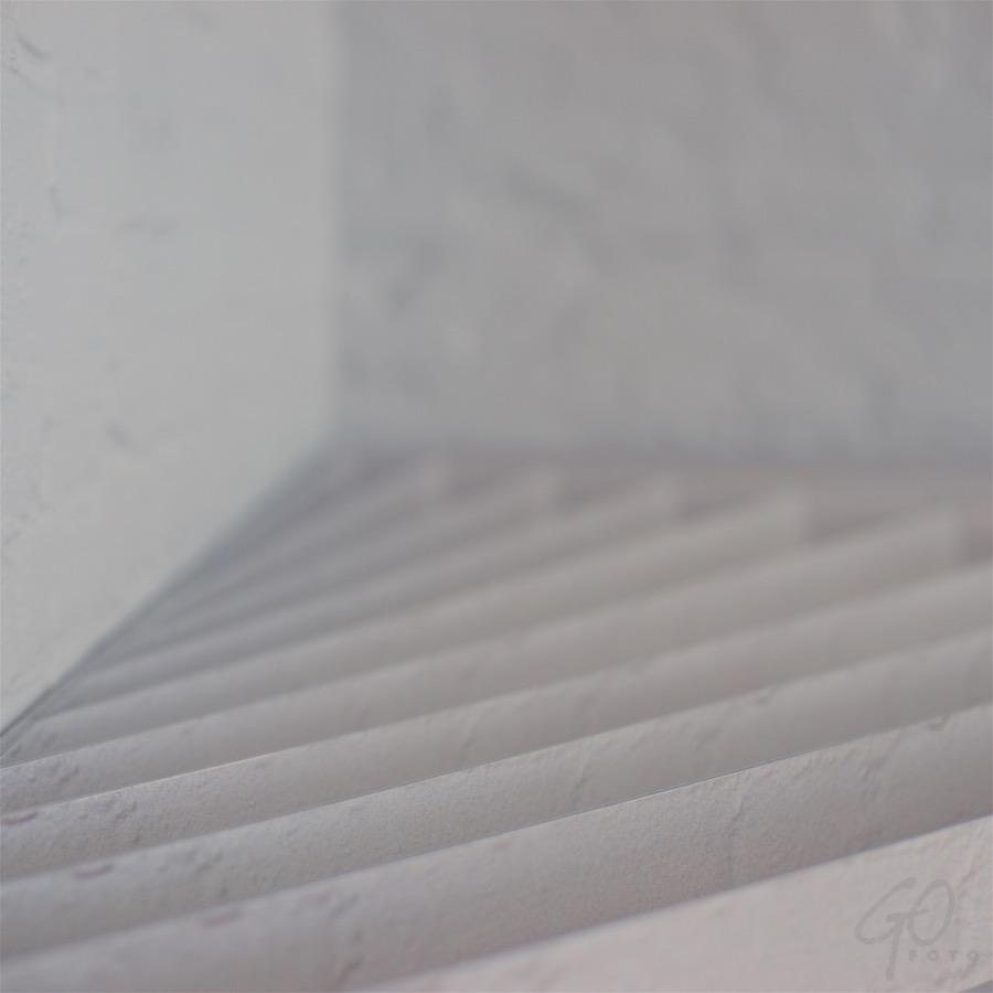Fotoles in weinig woorden. Foto van een onscherp verloop in grijstonen.