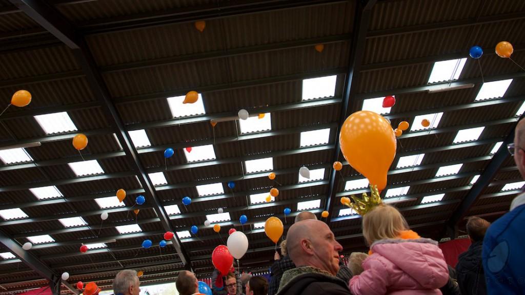 Koningsdag 2016. Foto van ballonnen die worden losgelaten in een feesttent.