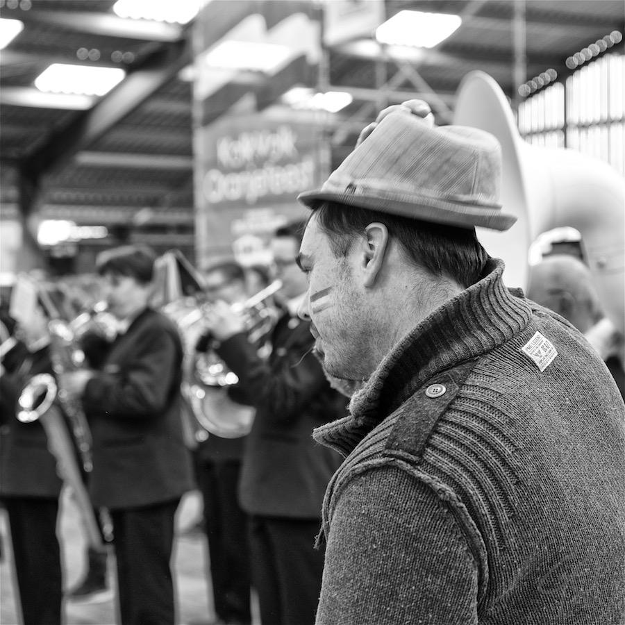 Koningsdag 2016. Foto van een man die zijn hoed af zet.