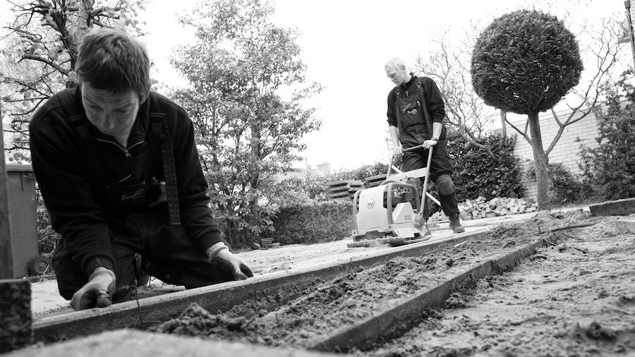 Nieuwe helden. Een foto van twee tuinmannen uit Bunschoten.