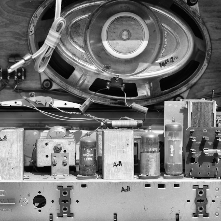 Podcastradio. Foto van het binnenwerk van een buizenradio.