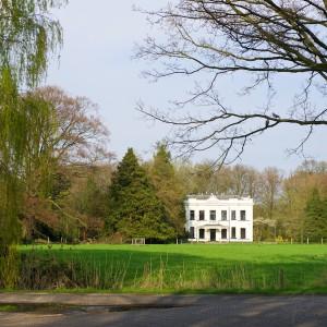 Scherptediepte. Foto van een huis aan een groen weiland.