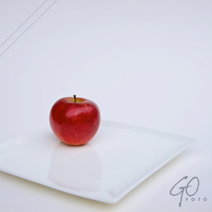 De Appel in de achtertuin vanaf 2012 Rode appel op wit bord.